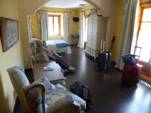 And finally - the Queen's Room.... three times the size of the one last night. And yes - a tub!